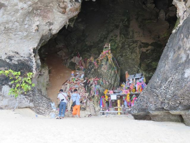 Die Prinzessinnen Grotte mit geschnitzten Phallen links.