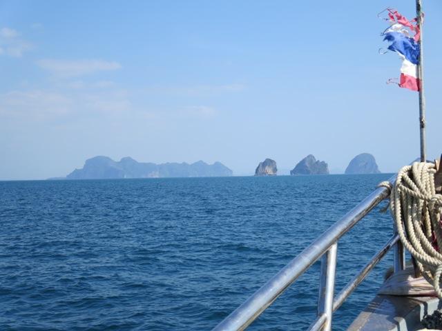 Auf der Fahrt nach Koh Mook die thailand typischen Kalksteinfelsen, wo schon James Bond sein unwesen trieb.